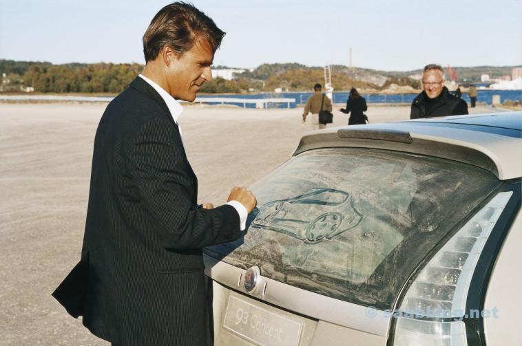 Maurer und der Saab 9-3 Sportkombi bei Premiere. Was zeichnet Maurer da?