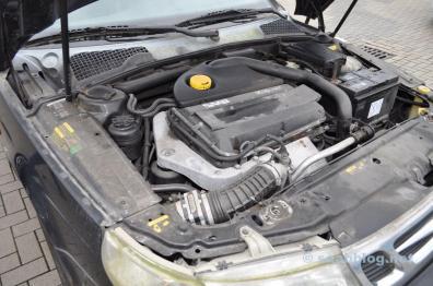 Compartimento do motor 9 do carro esportivo Saab 5-1999