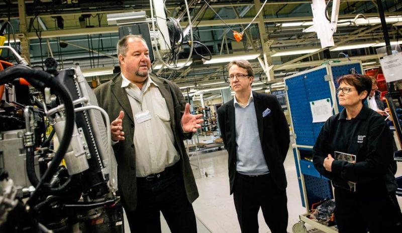 DN en la planta Trollhattan de Saab con el CEO de NEVS, Bergman. Crédito de la foto: Dagens Nyheter