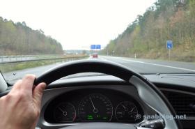 No caminho com os óculos cromados Saab