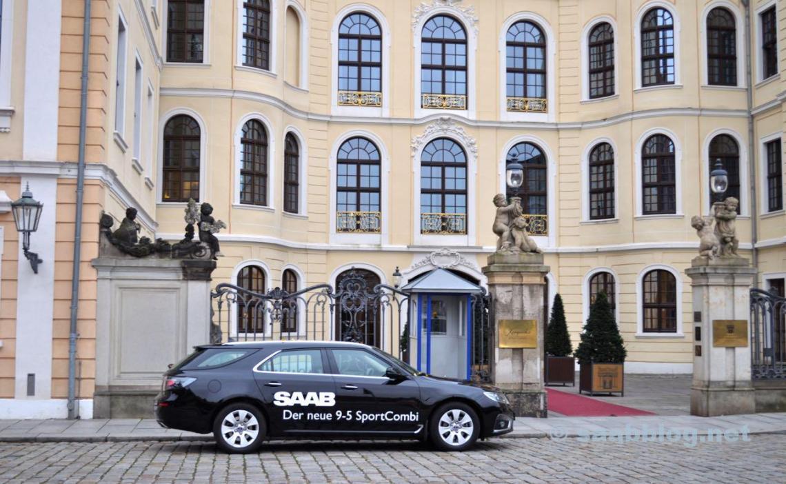 Saab 9-5 SC перед Дворцом Ташенберг в Дрездене