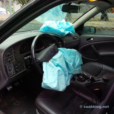 SAAB verwendet blaue Airbags, wie ich jetzt festgestellt habe. Sie knallen übrigens leiser, als ich mir das vorgestellt hätte. Dieses Bild ist das Letzte vom alten SAAB, bevor er in die Presse gewandert ist.