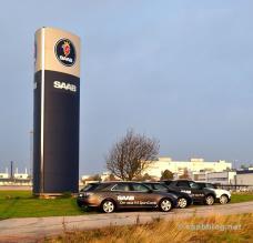 Pilones en frente de la fábrica. La historia de hoy, los autos todavía existen.