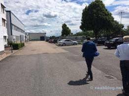 Na sede. Funcionários da NEVS dirigem a Saab. O que mais.