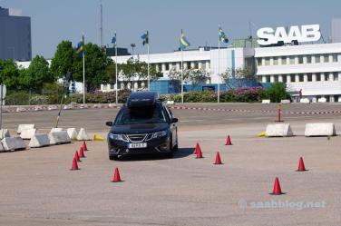 Het werk op de achtergrond, geen Saab-vlaggen meer.