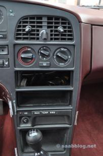 Console central, sem rádio, sem ar condicionado.