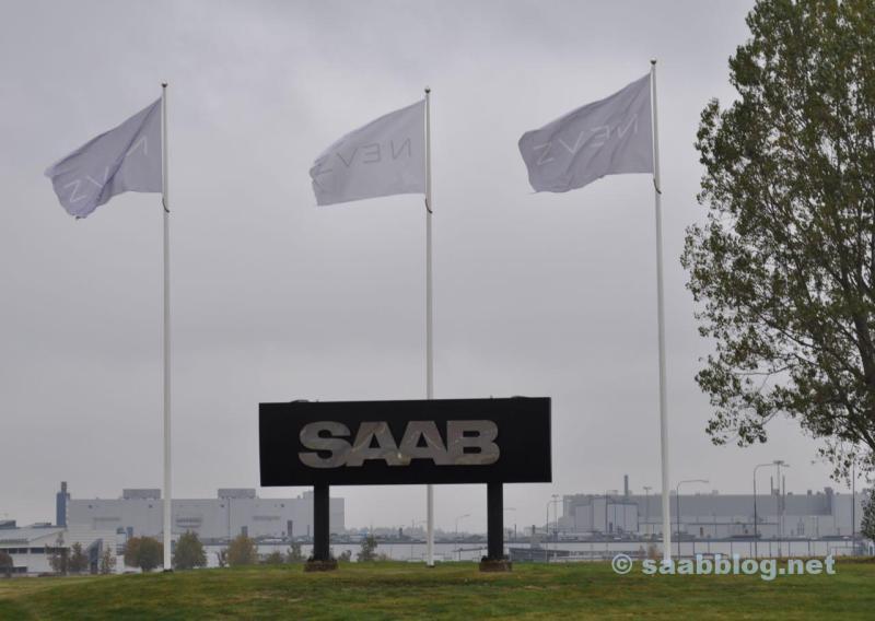NEVS Fahnen, grauer Himmel, das Saab Logo.