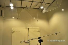 Olhe para o teto do primeiro laboratório.