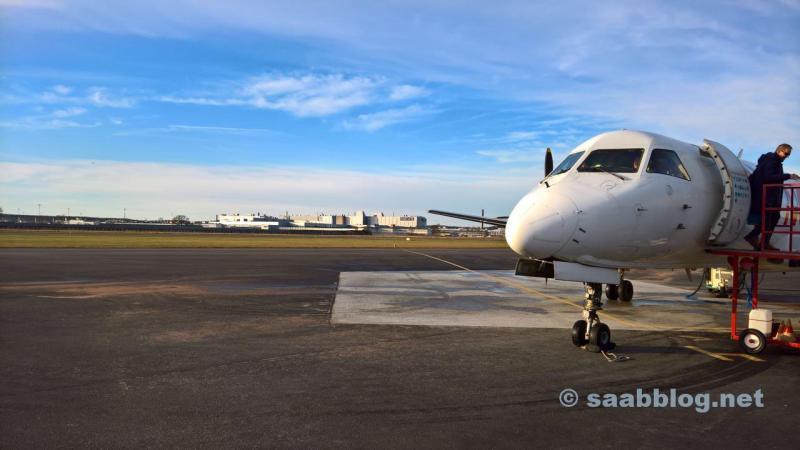Eine Saab 340 ist gelandet. Im Hintergrund das Werk. Jetzt mit NEVS Schriftzug.