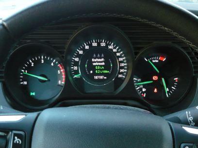 Não muito sedento: num estilo de condução ambicioso, os litros 100 de fluxo de diesel por 6,2 de quilômetros acionados. Isso é aceitável - e viável sem esgueirar-se. Aliás, o consumo em litros por hora é exibido até 10 km / h - significativo.