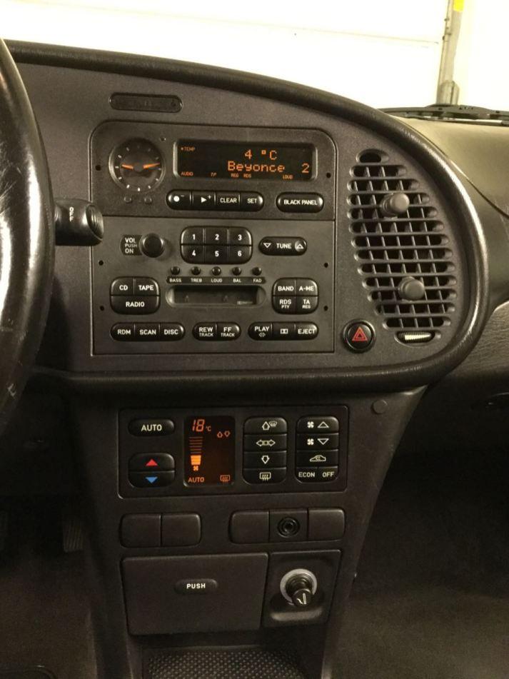 O cockpit ergonomicamente exemplar com painel preto. Foto: Gerd