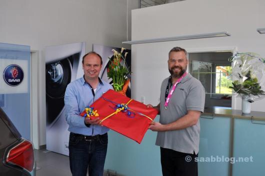Een geschenk voor de opening. Ralf Muckelbauer en Michael Helfer als vertegenwoordigers van Orio Duitsland ter plaatse.