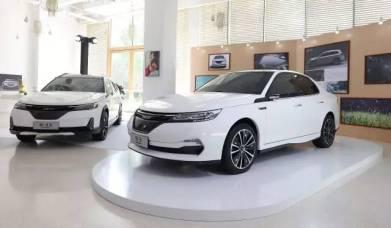 Elektroauto Limousine im Vordergrund, im Hintergrund 9-3X. Bild: NEVS