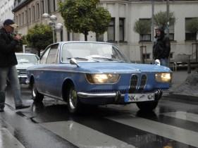 Huvudfältet för personbilar är ledt av Heinrich Zimmer i 1967er BMW 2000CS. Han var så långt med alla utgåvor av Oldtimerkorsos här, mottar till specialpriset.