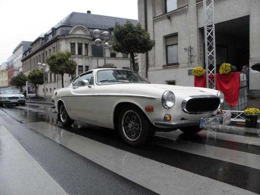 """¡Los suecos están llegando! Robert Pallien en el 1970er Volvo P1800E - merecido ganador en la categoría especial """"Old Swede"""". Elegante sigue detrás con un Jaguar XJ."""