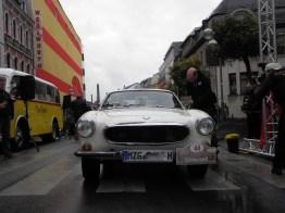 Onore a chi è dovuto il credito (anche se non è diventato SAAB): Robert Pallien nella Volvo riceve il premio per il vincitore nella categoria speciale Old Swede dalle mani di Achim Schmitt.