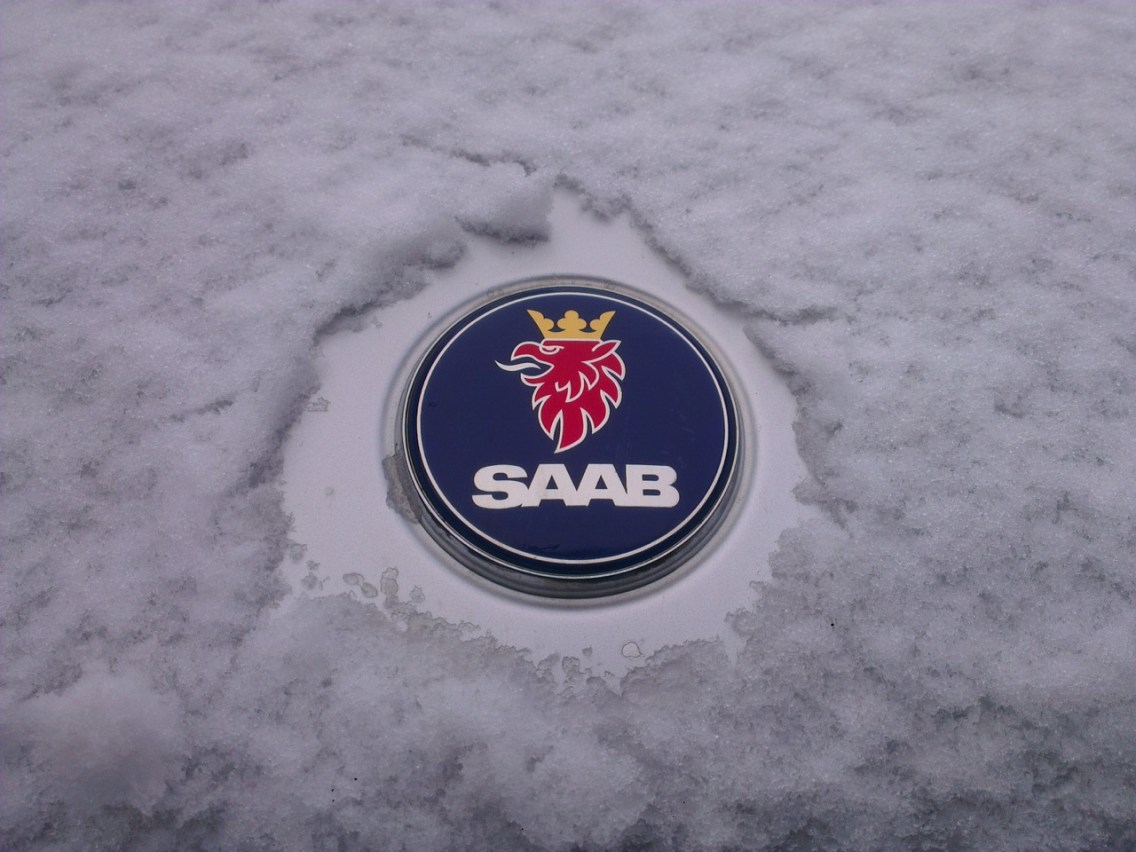 Saab Logo im Winter