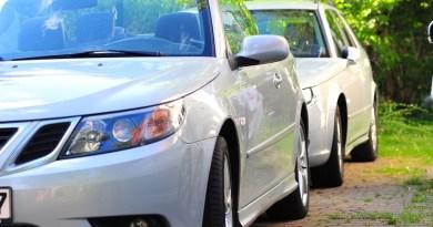 Gedachten over het kijken naar twee Saabs (een Saab-familie en hun verhaal)