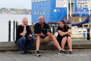 À la ligne de quille. Les blogueurs Tom, Micha et Katrin de Team Lafrentz