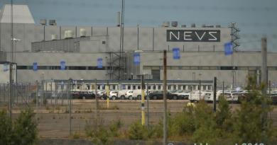 شعار NEVS في مصنع ساب. ربما لم أكن معتادة على ذلك.