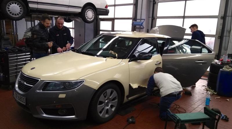 Wie sieht es unter der Folie aus? Saab Taxi Frankfurt bekommt eine neue Folierung.