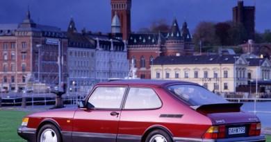 Saab 900 Turbo 16 S devant un décor suédois