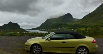 Grün in grün, ein Saab auf den Lofoten, nahe Unstad