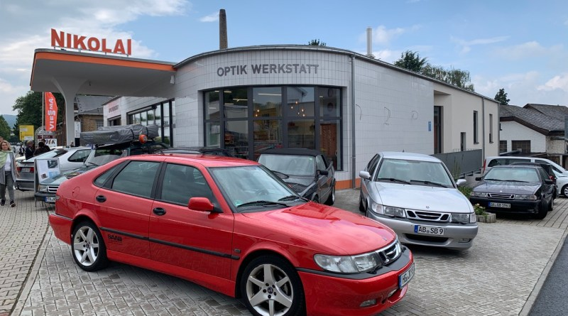 """Saab in Kriftel vor der """"Tankstelle"""" Nikolai"""
