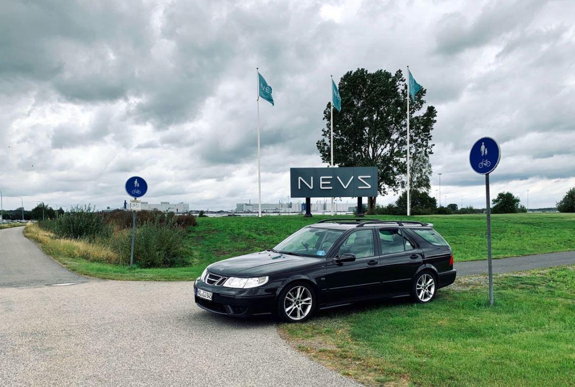 Saab Aero 2004 em Trollhättan, em frente à antiga fábrica da Saab