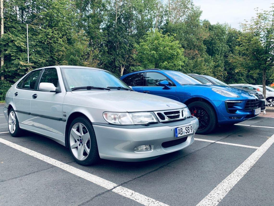 Saab vs. Digitalisierung. Das analoge ist auf jeden Fall das elegantere Auto.