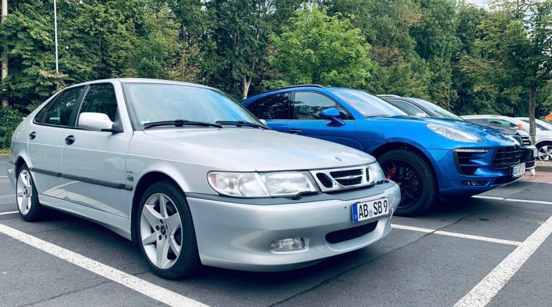 Saab vs. Digitalisering. Analogen är definitivt den mer eleganta bilen.