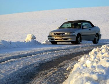 O Cabriolet 9-3 de Andreas fica na estrada na Alta Baviera, mais precisamente em Murnau.