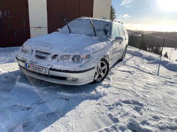 En Saab 9-5 i snön, av Florian från Österrike.