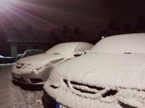 Os dois Saabs de Knut estão nevados.