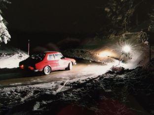 Vem kör genom is och snö på natten? Bröderna Wagenheimer i Saab 99.