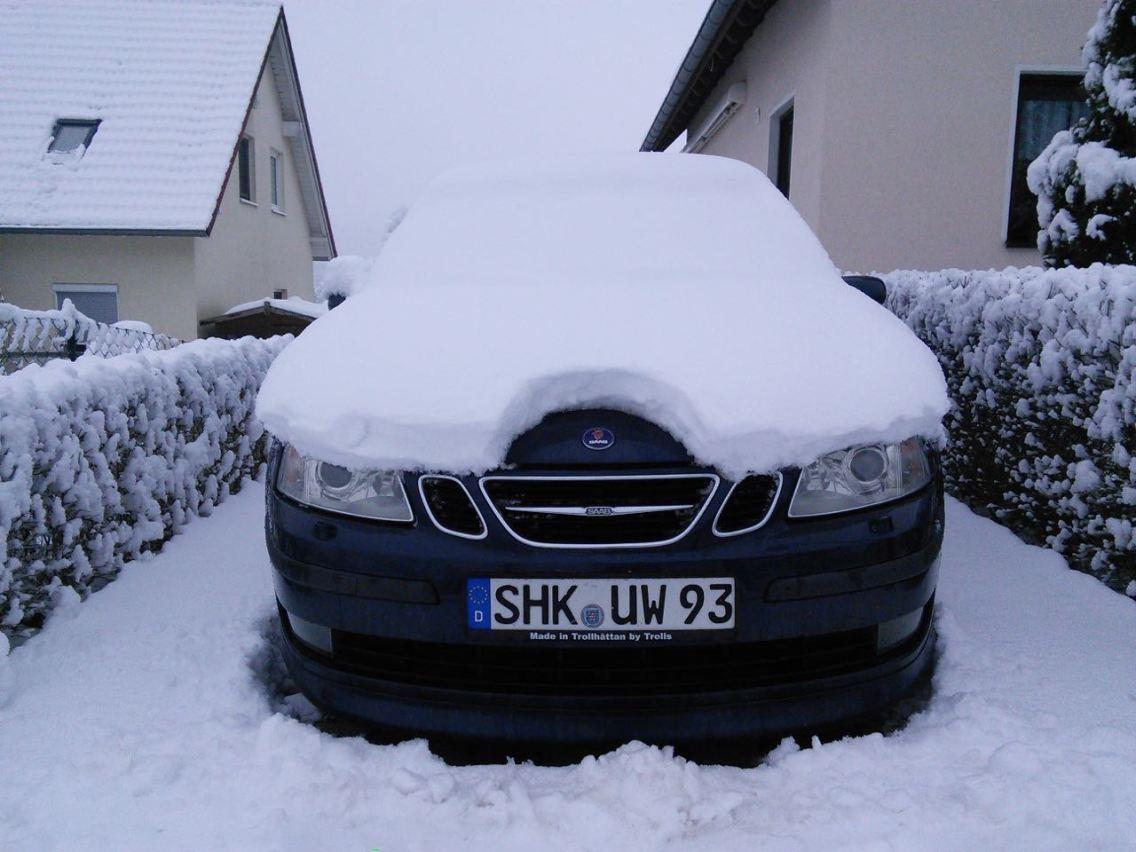 Unter eine Schneehaube: Der 9-3 von Wolfgang.