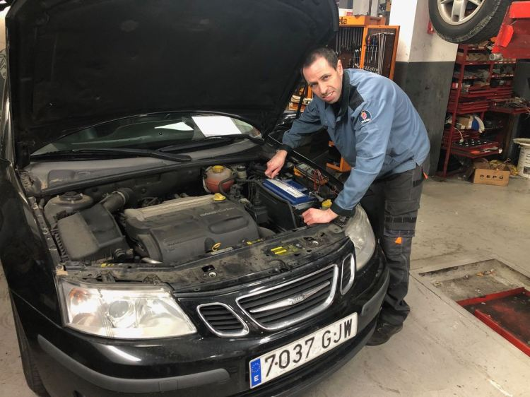 Arbeiten am Saab 9-3