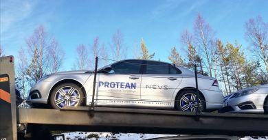 Carro elétrico NEVS 9-3 com motores de cubo de roda de Protean