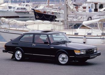 Saab 900 com taco de hóquei no pilar C
