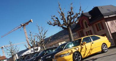 Ein Parkplatz mit Saabs aller Generationen