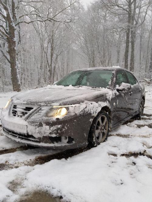 Os Taunus ficaram com muita neve. Saab de Stephan na neve.