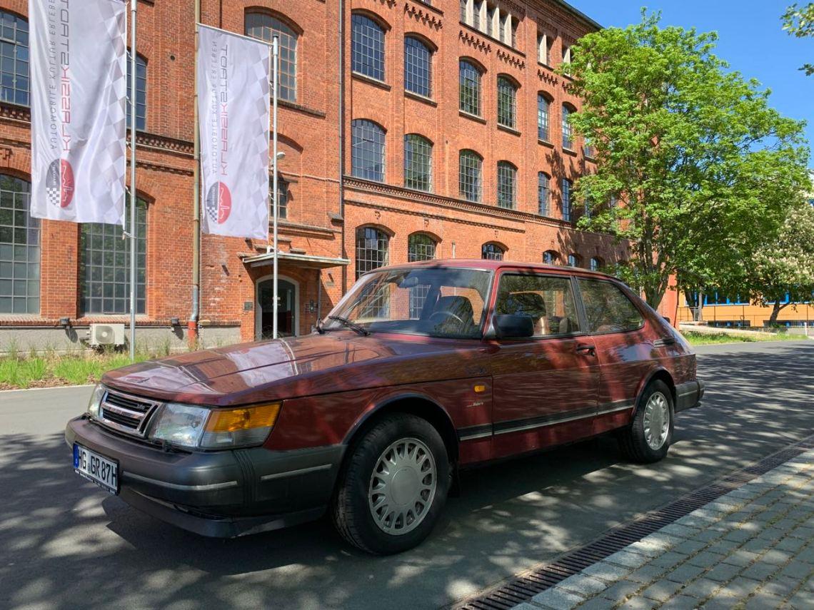 Saab 900 Turbo in de klassieke stad