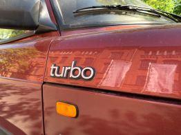 Большие надписи Turbo на боковой части капота