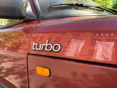 Grotere Turbo-letters op de zijkant van de capuchon