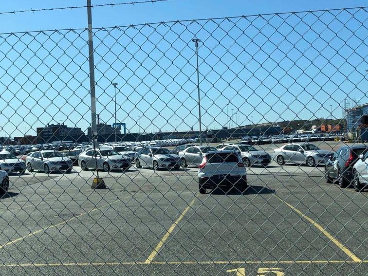 In het douanegebied van Wallhamn staan nieuwe elektrische auto's NEVS 9-3 geparkeerd