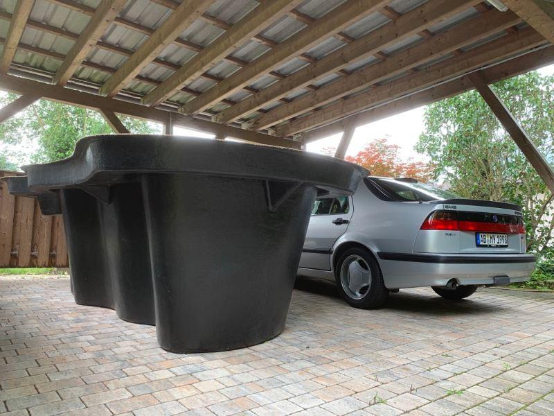 Hier parkt kein UFO neben dem Saab 9000. Ein Gartenteich aus Polen.