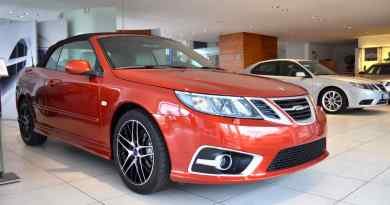 Cabriolet da independência de Saab no. 14. Um carro novo é vendido.