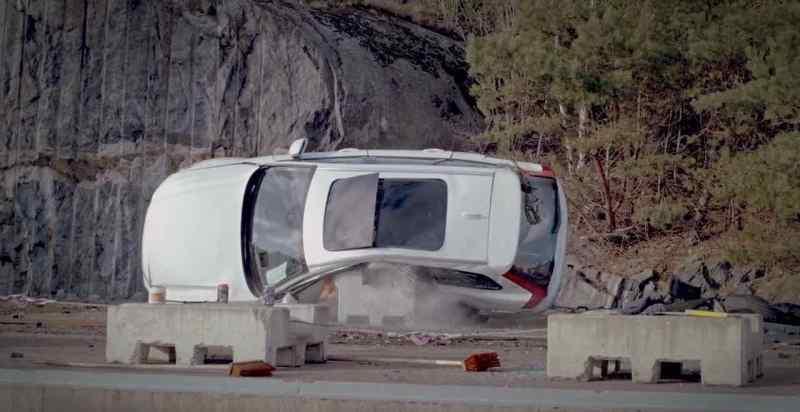 Volvo beim Crash - 30 Meter in die Tiefe