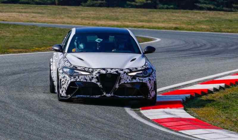 Neue Alfa Romeo Giulia GTA auf Testkurs. Am Steuer der CEO.