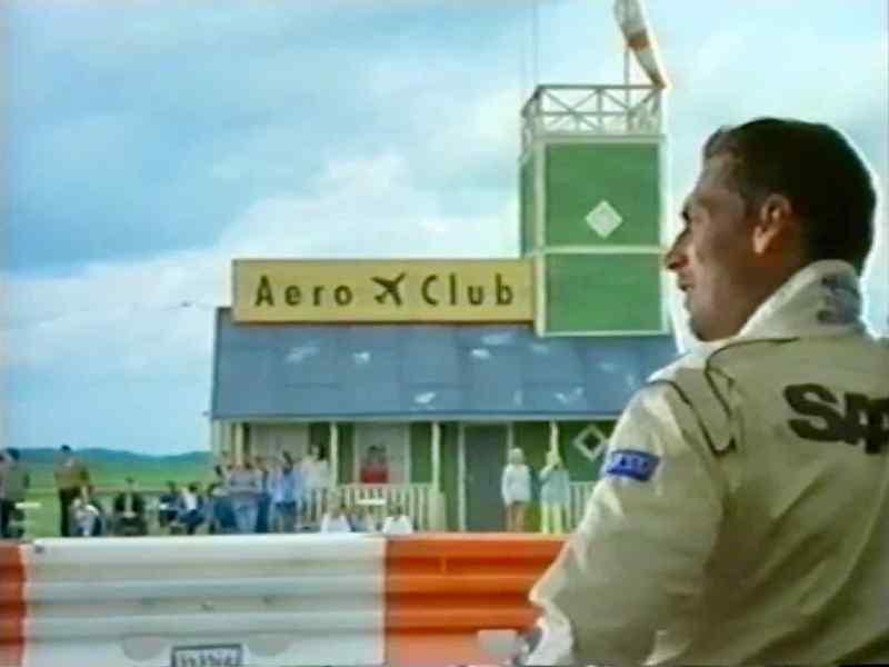Saab Performance Team auf dem Flugfeld. Gleich fliegen die Autos!